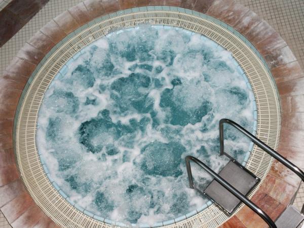 whirlpool im garten rund fliesen