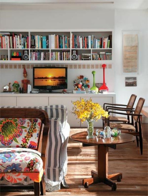 wohnzimmer einrichtungsideen rattanmöbel flechtstühle holz couchtisch rund