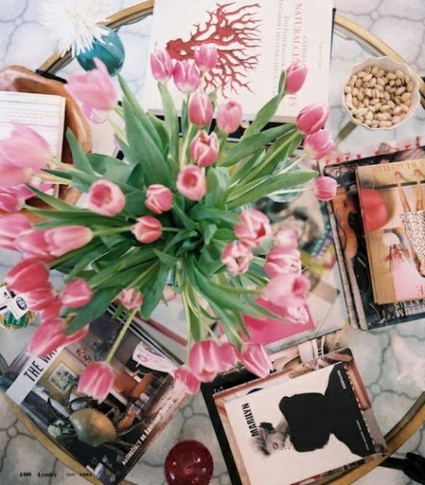 wohnzimmer gestalten möbel couchtisch rund vase mit tulpen