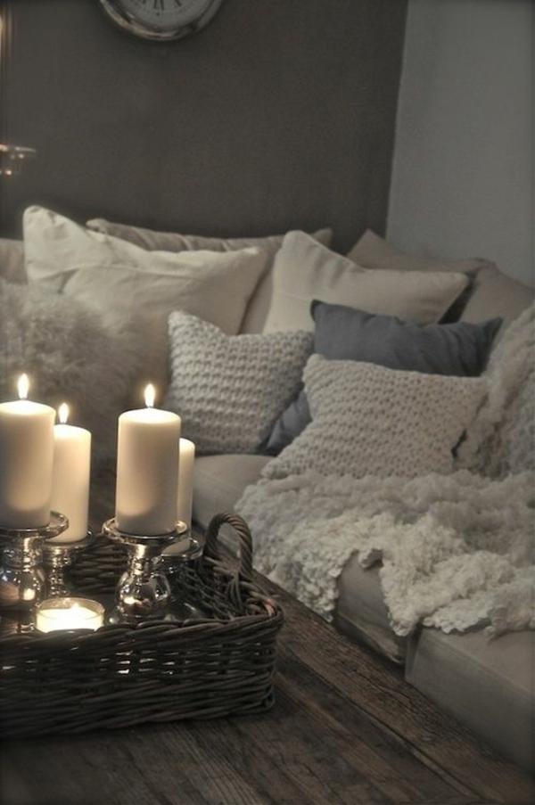 wohnzimmer rustikal einrrichten couchtisch holz flechtmöbel deko mit kerzen