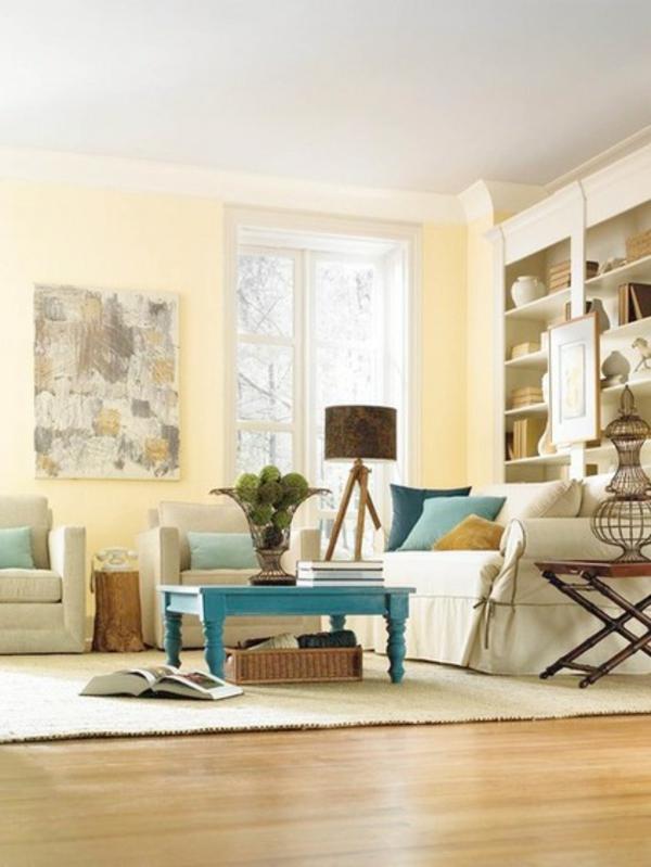 wohnzimmer wandfarbe gelb pastellfarben couchtisch holz blau