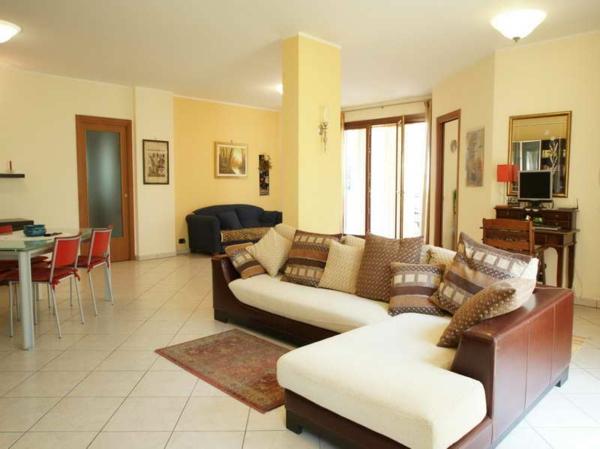 wohnzimmer wandfarbe pastellgelb palette gelb ledersofa