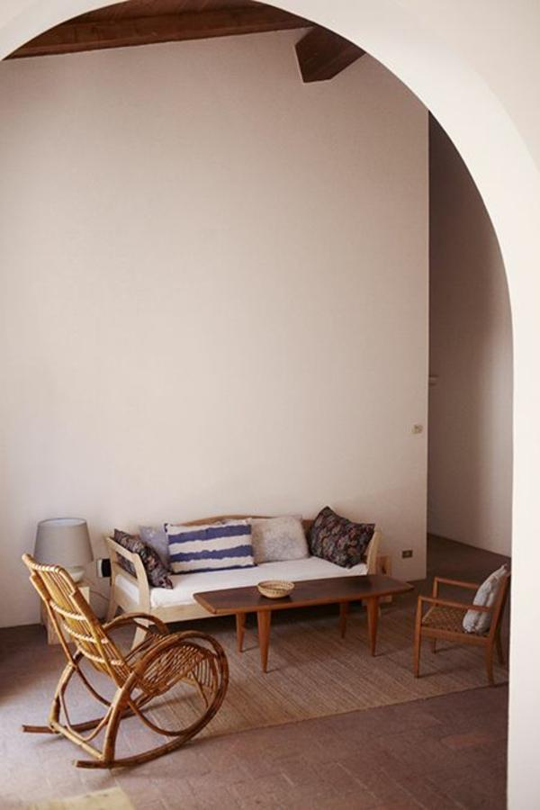 wohnzimmertische rustikale möbel wohnzimmer ideen flechtmöbel schaukelstuhl