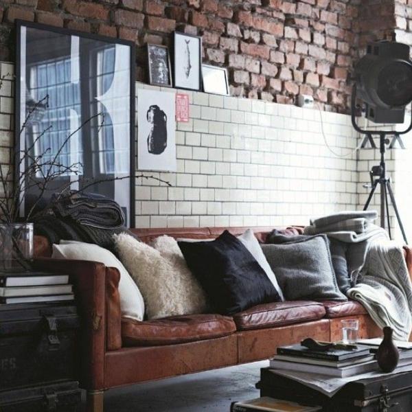 ziegelwand wohnzimmer rustikale möbel ledersofa