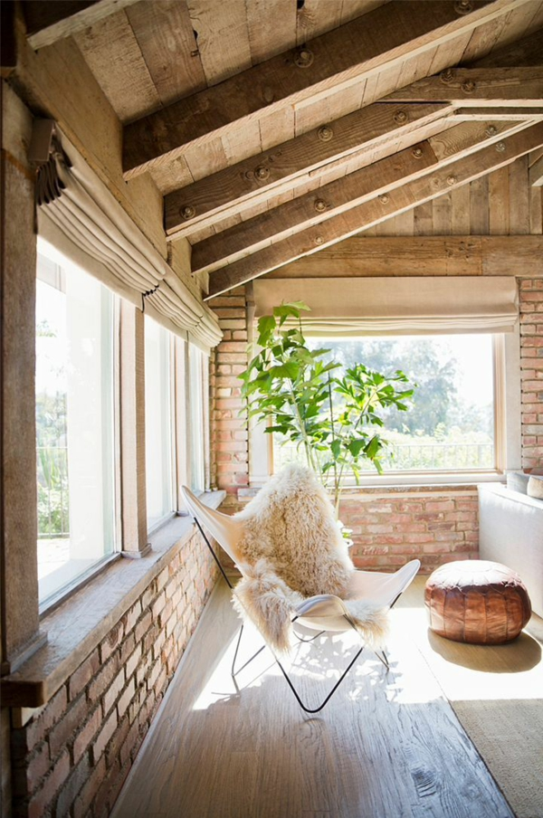 ziegelwand wohnzimmer rustikale möbel stuhl fellauflage sitzkissen leder