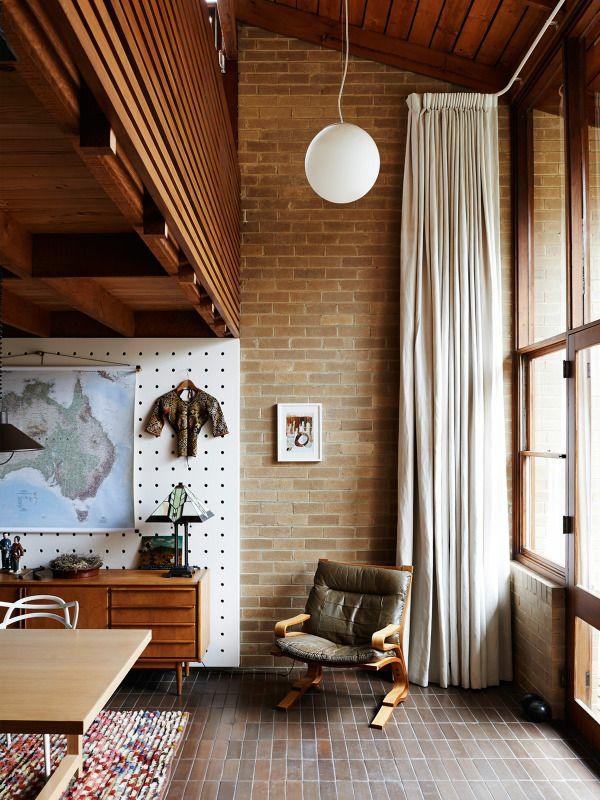 ziegelwand wohnzimmer rustikale möbel vorhang fliesenboden