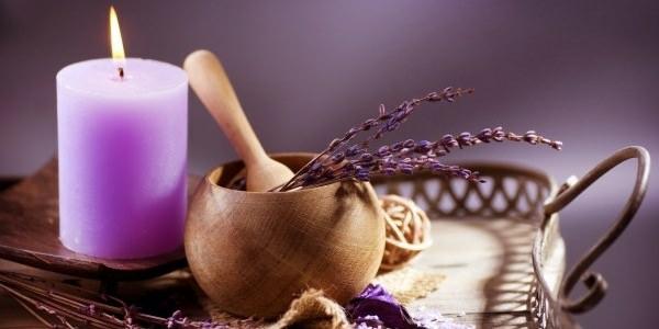 Ätherische Öle Wirkung aromatherapie lila kerze