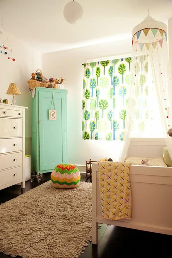 Kinderzimmer Gardinen fellteppich kleiderschank türkis
