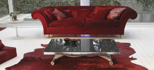 teppich dunkelrot sofa couchtisch glas