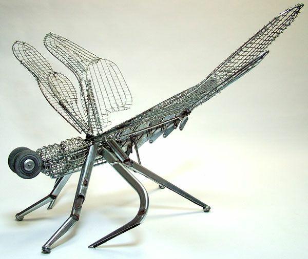 alt metall libelle skulptur