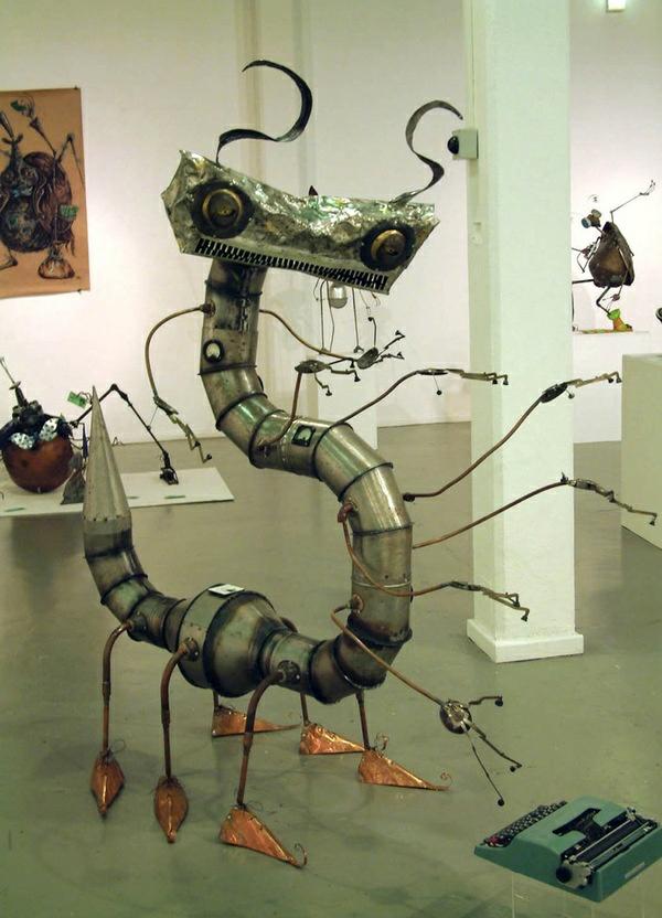 alt metall tausendfüßler skulptur