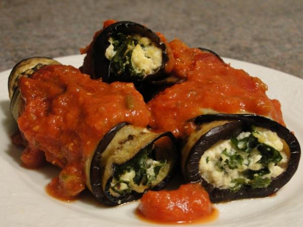 auberginen zubereiten vegetarische röllchen tomaten püree