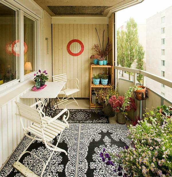 balkon gestaltung ideen gemusterter teppich weiße stühle tisch