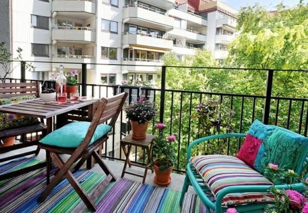 balkon gestaltung ideen gestreifter teppichläufer