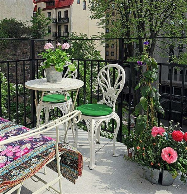 balkon gestaltung ideen metallene stühle tisch blechtöpfe