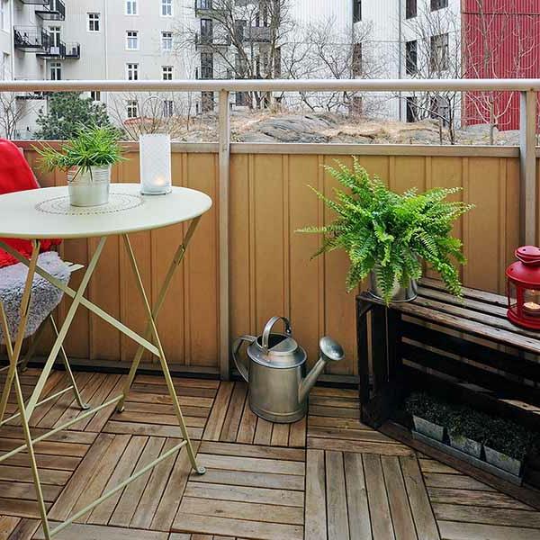 balkongestaltung ideen runder tisch sitzbank