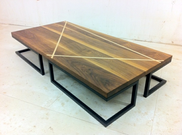 Couchtisch massivholz modelle von wohnzimmertischen aus holz for Couchtisch metallgestell holzplatte