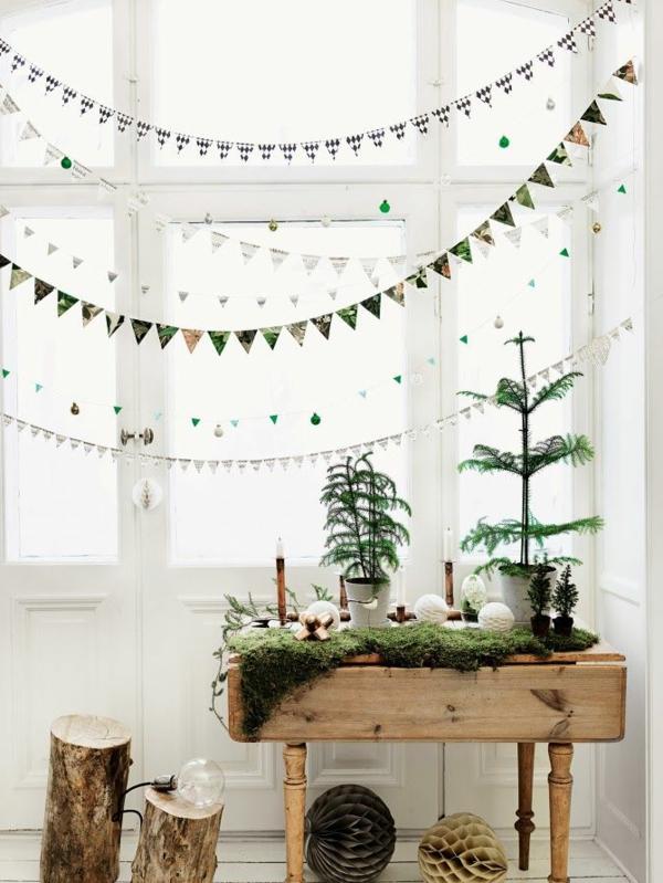 fensterdeko für weihnachten girlanden kleine nadelbäume