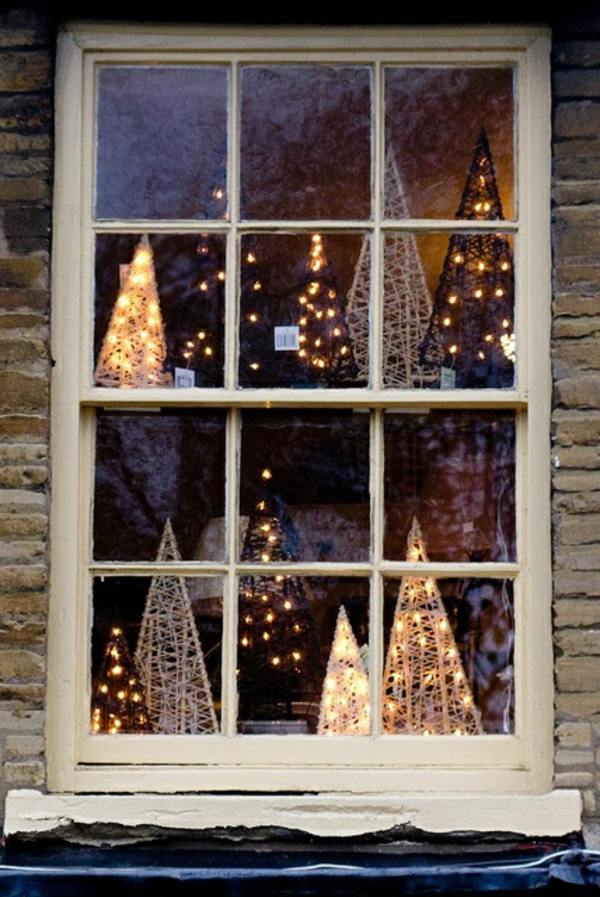 fensterdeko für weihnachten konusförmige weihnachtsbäume lichter