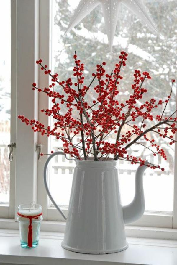 fensterdeko für weihnachten weiße gießkanne windlicht rote beeren