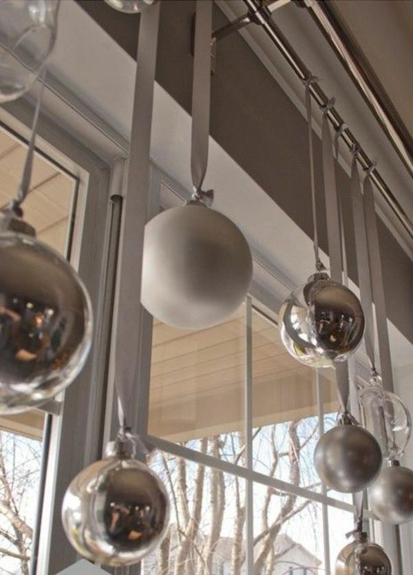 fensterdeko weihnachten baumkugeln silber fensterdeko