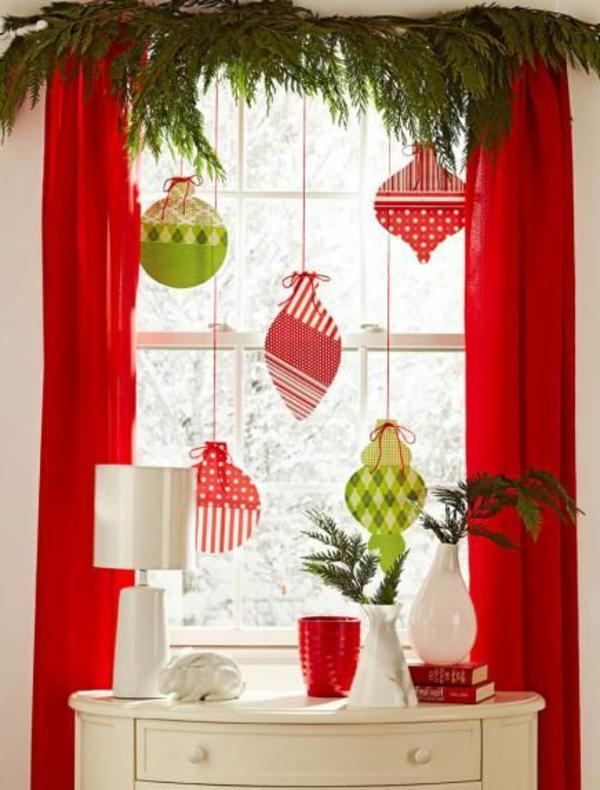 fensterdeko für weihnachten baumkugeln stof rot grün