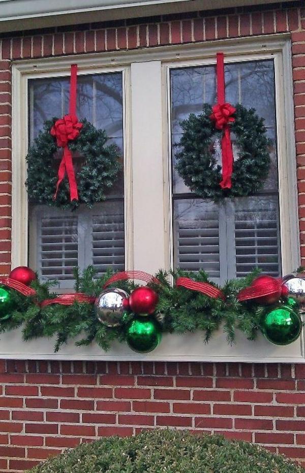 fensterdeko für weihnachten kränze rote schleifen weihnachtskugeln