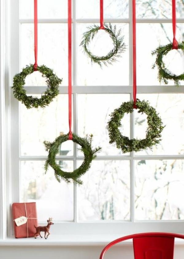 fensterdeko weihnachten nadelbaumkränze grün