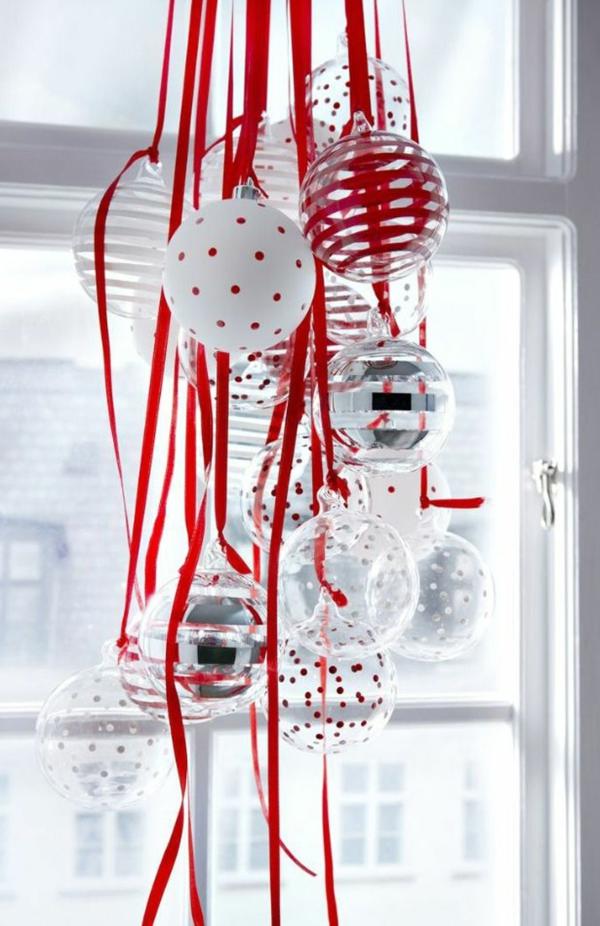 fensterdeko weihnachten rot weiß weihnachtsbaumkugeln