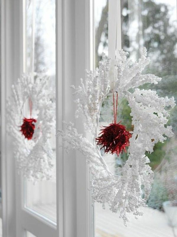 fensterdeko-weihnachten-weihnachtsdeko-fenster-weiße-weihnachtskränze