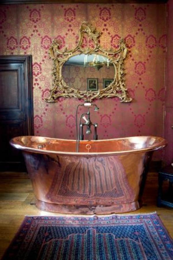 frei stehende badewanne kupferglänzend vintage