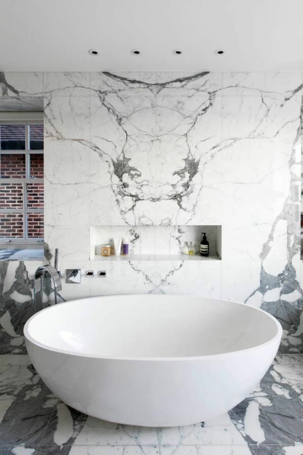 freistehende badewanne weiß rund marmorwände
