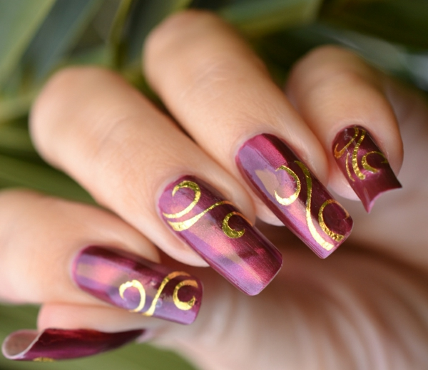 gel nagel muster geschwungene linien gold