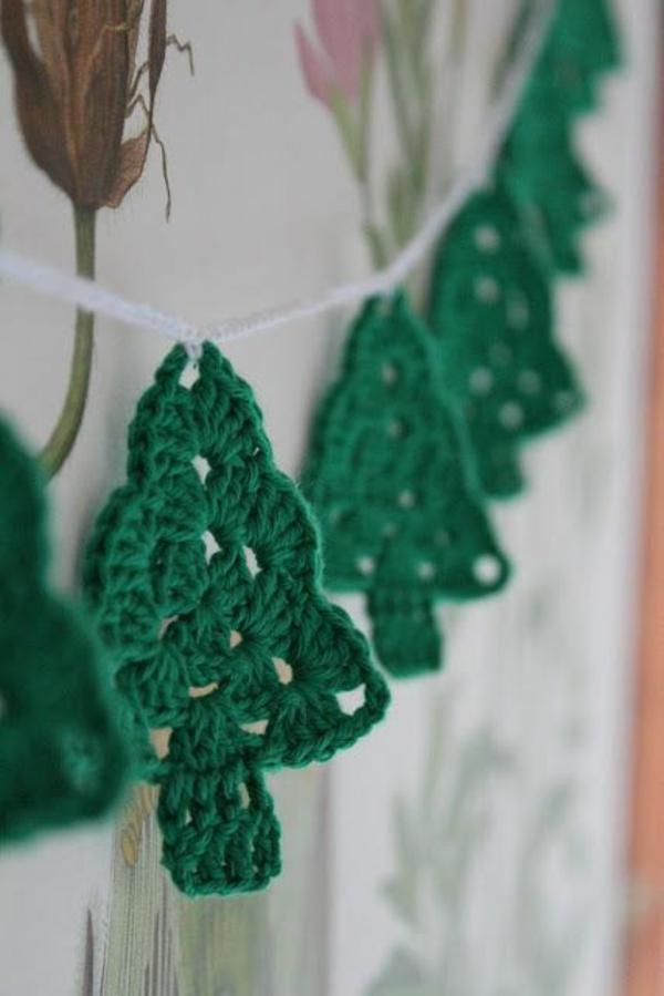 gestrickte bastelideen weihnachten deko tannen grün girlande