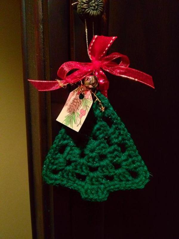 gestrickte bastelideen weihnachten deko tannen grün rote schleife
