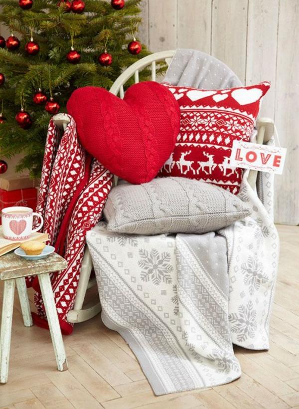 gestrickte bastelideen weihnachten dekokissen herz rot