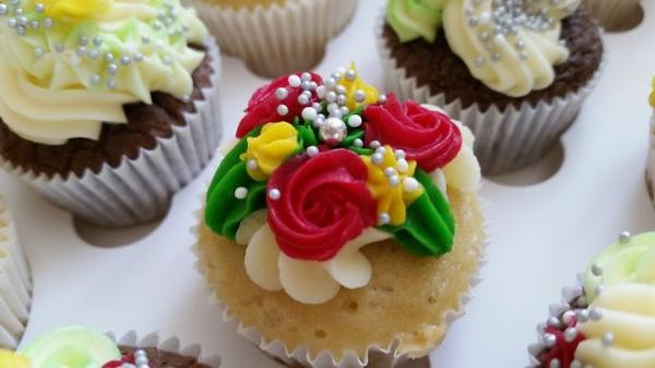 herzhafte muffins rote rosen gelbe blumen