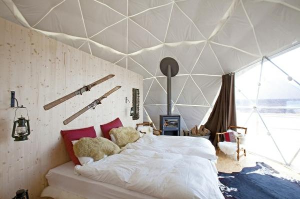 ökohotel iglu alpen einrichtung doppelbett holzwand