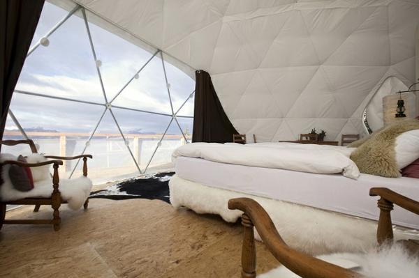 ökohotel iglu alpen einrichtung sessel schafsfell