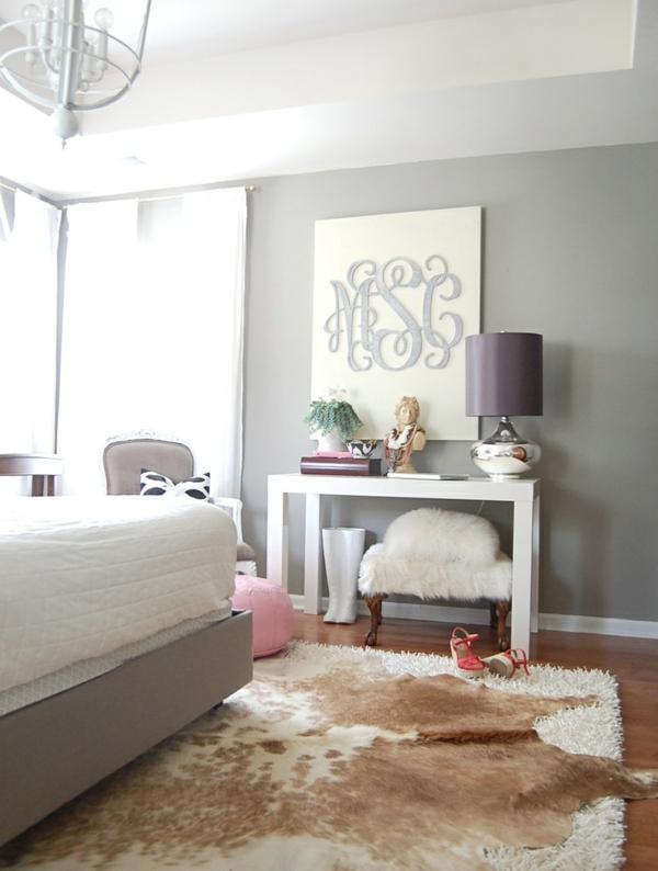 kuhfellteppich verlegen braun weiß über dem teppich