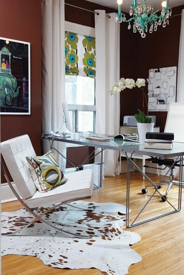 kuhfellteppich verlegen braun weiß im arbeitszimmer büromöbel