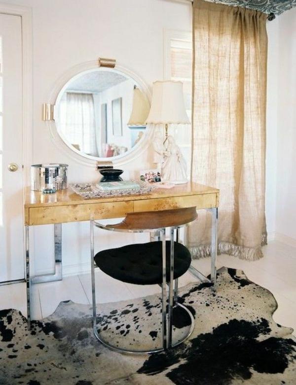 kuhfellteppich verlegen braun weiß im schlafzimmer frauenzimmer schminktisch