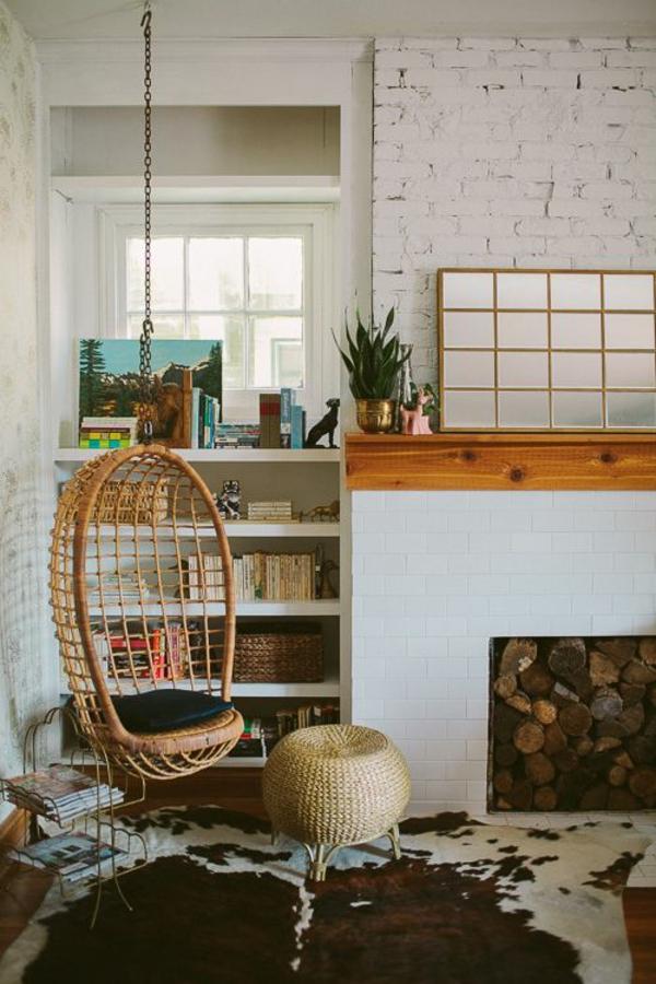 kuhfellteppich verlegen braun weiß wohnzimmermöbel hängekorbsessel