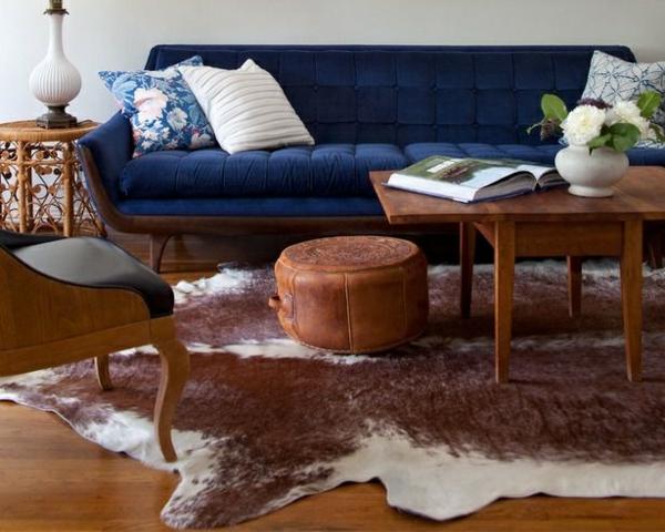 kuhfell teppich verlegen braun weiß wohnzimmermöbel holz couchtisch
