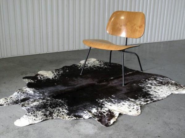 kuhfell teppich verlegen schwarz weiß stuhl