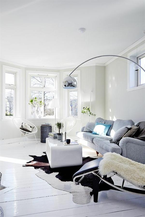 kuhfell teppich verlegen schwarz weiß wohnzimmermöbel stehlampe
