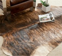 Kuhfell Teppich im Wohn- oder Schlafzimmer verlegen