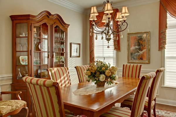 landhaus möbel vitrinenschrank gestreifte stühle