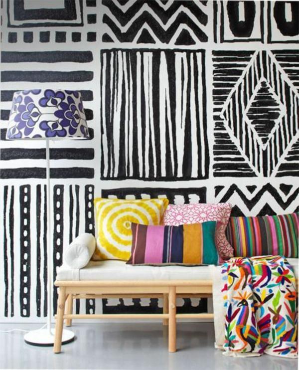 mustertapete geometrisch schwarz weiß tapeten sofa