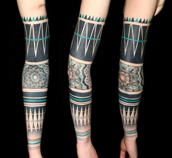 tribal blumen motive oberarm tattoo